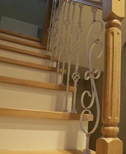 Лестница П-образная через площадку с белой ковкой